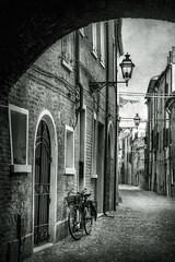 Tra i vicoli di Ferrara.. (Raul-64) Tags: texture citta ferrara emiliaromagna italia italy bw bianconero olimpus em5mark2
