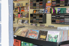 Alte Schallplatten und CDs in einem Geschäft in Wien (marcoverch) Tags: 2018 locationindependent reiseblogger reisen vienna digitalnomad travel wien österreich at shelf regal bookcase bücherregal library bibliothek bookstore buchhandlung stock education bildung business geschäft literature literatur school schule noperson keineperson book buch research forschung university universität indoors drinnen bookbindings buchbindungen order auftrag knowledge wissen shopping einkaufen contemporary zeitgenössisch storage lager flickr photographygear railway golden ciel macromondays kodak bar concert event alte schallplatten cds