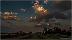 Nubes sobre el campo... (Juan M. Galiñanes) Tags: nubes cielo campo zaragoza españa beautiful paz relax trekking senderismo rural cosecha spain sky clouds