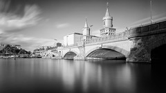 Oberbaumbrücke von XBerg aus. (Pascal Volk) Tags: berlin berlinfriedrichshainkreuzberg spree fluss river río oberbaumbrücke oberbaumbridge puentedeoberbaum mayayimufer artinbw schwarz weis black white blackandwhite schwarzweis sw bw bnw blancoynegro blanconegro langzeitbelichtung bulb longexposure largaexposición slowshutter poseb spiegelung reflexion reflection reflexión reflejo réflexion wasserspiegelung reflexióndelagua waterreflection kreuzberg xberg wideangle weitwinkel granangular superwideangle superweitwinkel ultrawideangle ultraweitwinkel ww wa sww swa uww uwa sommer summer verano canoneos6d canonef1635mmf4lisusm 24mm manfrotto mt055xpro3 468mgrc2 leefilters lee15stop leesuperstopper nd30000x dxophotolab dxosilverefexpro nikcollection