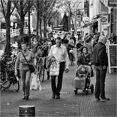 Endless days of Summer (John Riper) Tags: delft johnriper street photography straatfotografie square vierkant bw black white zwartwit mono monochrome netherlands candid john riper people streetphotography 6d 24105 canon shopping