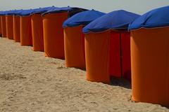 IMG_2157 (leroux.maximilien62) Tags: houlgate plage beach strand playa calvados normandie normandy france frankreich parasol sunshade umbrella orange bleu blau blue sable sand sonnenschirm manche channel ärmelkanal