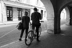 Les arcades de La Rochelle (Paolo Pizzimenti) Tags: arcade larochelle rochefort arts bistrot femme burkha ombre paolo olympus penf zuiko 17mm 12mm f18 f2 film pellicule argentique m43 mirrorless doisneau