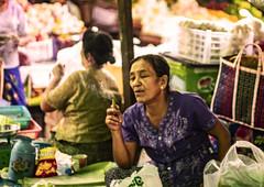 Saborear, no fumar (Nebelkuss) Tags: myanmar nyaungshwe lagoinle inlelake asia birmania burma mercado market smoke fumar retratos portrait fujixt1 canonfd55f12