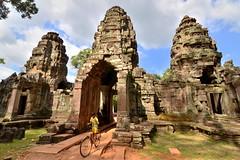 Os novos jemeres - The new khmer (Gato M) Tags: camboya cambodia angkor siem riep templo temple neno niño kid bicicleta cycle travel viaje buda jemer khmer