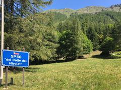 """sp 50 """"del colle del nivolet"""" (Paolo Cozzarizza) Tags: italia piemonte torino ceresolereale panorama alberi prato cartello"""