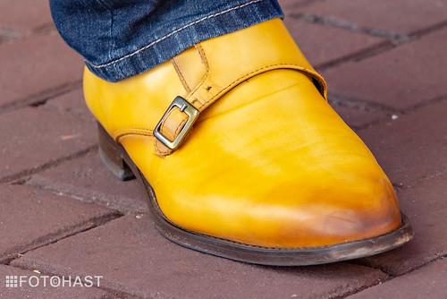 Schoenen van de organisatie ook in het geel.