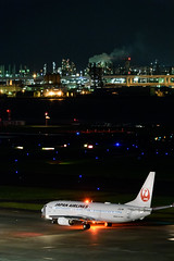 DSC_3951-e (oonnuuoo) Tags: jal 日本航空 ja348j b737800 b737 b737846 hnd rjtt 羽田空港 airport airplane hanedainternationalairport nikon nikond750 d750 sigmaapo150500mmf563dgoshsm sigma 150500 飛行機 夜景 流し撮り night