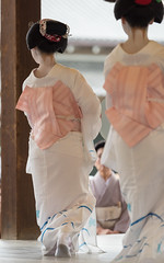 fascinating (byzanceblue) Tags: kyoto maiko geisha geiko kagai miyagawacho japan japanese woman girl female beauty cute beautiful 宮川町 京都 kimono gion dance lovely 舞妓 舞踊 traditional kanzashi formal 祇園 black 花街 white color colour flower nikkor background people photo portrait professional lady lovery 芸妓 着物 bokeh red traditonal summer 花笠巡行 コンチキ踊