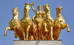 Golden horses (gerard eder) Tags: world travel reise viajes europa europe españa spain spanien städte stadtlandschaft street streetlife streetart city ciudades cityscape cityview barcelona quadriga statues escultura horses