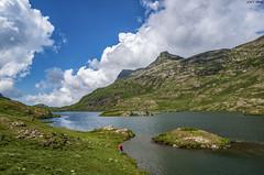 Estanh Long de Liat (sostingut) Tags: llacspirineus d750 nikon tamron lago agua verde hierba roca isla cielo nubes tormenta montaña ladera paisaje viento pirineos