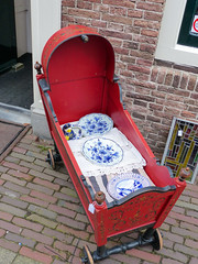 Confortable (CORMA) Tags: 2018 zeeland zélande hollande nederland paysbas thenetherlands zealand middelburg assiette delft plate bord cradle landau