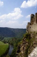 Saint-Rémy de Blot (Puy de Dôme) (Cletus Awreetus) Tags: france puydedôme auvergne strémydeblot architecture pierre châteaufort tour moyenâge middleage été ruines vallée rivière sioule paysage