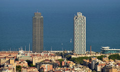Mapfre Tower & Arts Hotel (Miguel Castrillo Melguizo) Tags: mapfre arts towers torres barcelona cataluña catalonia spain españa buildings architecture poble now mar sea beach olympic village villa mirador viewpoint skylane summer verano warm calido ocaso sundown casas edificios hotel 1992 olympics olímpicos olímpica