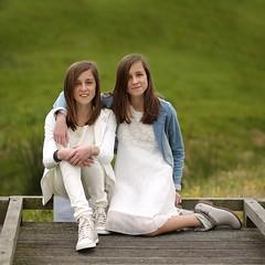 049 (rik.kiekens) Tags: twins sisters brunette 2girls girls beautifulgirls beautifuleyes cutegirls people portrait