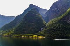 Un lugar para SOÑAR… Fiordo de los Sueños. Noruega. A place to DREAM ... Fjord of Dreams - Sognefjord. Norways (Monroy Jose) Tags: paz tranquilidad armonia belleza crucero barca pradera luces noruega cortados farallones verticalidad ailamiento
