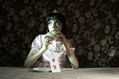 Alice in the pas de las maravillas II (Margarita Dittborn Valle) Tags: eatme aliceinwonderland empanada catalinasilva