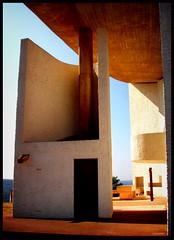 chapel de notre dame (kiplingflu) Tags: sun france art architecture de french religion favme chapel le frankrijk notre dame masterpiece corbusier ronchamps