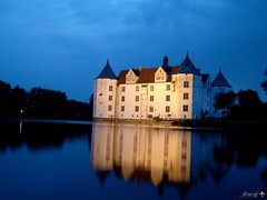- -  Castle at dusk -  Castello -  Chteau  douves - Chteau Gluecksburg prs crpuscule - Well done :-) - Schlo Glcksburg bei Abenddmmerung (fleno.de) Tags: light lake colour reflection castle love monument fairytale germany deutschland see abend licht kiss warm glow darkness princess nacht glory brunnen illumination frog well fairy kris alemania dine wish schloss crpuscule tyskland frosch nuit castello allemagne chteau  chaud tale couleur germania dunkel alemanha duitsland schleswigholstein touristic mrchen dunkelheit obscur flensburg lumineux  prinzessin touristik glcksburg douves  magnificence lucide  flensborg flenode fleno evinig        flenoburg guessedschleswigholstein