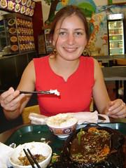 aprendiendo a comer con palitos chinos! (ellamiranda) Tags: viaje newzealand comida ella auckland comidachina ellamiranda palitoschinos