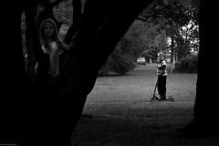 Chorzów 2018 (Tomek Szczyrba) Tags: dzieci kids park streetphoto miasto town city bw noir monochrome hulajnoga scooter polska poland ludzie people street photo drzewa trees