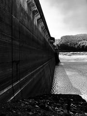 Argae Nant-y-moch (Rhisiart Hincks) Tags: wales cymru bw duagwyn concrete concrit argae damn ceredigion reservoir cronfaddŵr dŵrisel lowwater