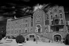 Sant Josep de la Muntanya, Barcelona (stefano.chiarato) Tags: palazzi building bw bianco nero barcelona espana città urban pentax pentaxk70 pentaxlife pentaxart