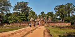 Banteay Srei – Temple (Thomas Mülchi) Tags: banteaysrei siemreap cambodia 2018 siemreapprovince temple tourists persons people architecture 12 kh