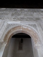 Salle de prière, médersa Attarine (début XIVe siècle), Talaa Kbira, médina de Fès el Bali, Fès, Maroc. (byb64 (en voyage jusqu'au 26)) Tags: fès fez فاس ⴼⴰⵙ fas fèsmeknès maroc morocco marruecos المغرب ⵍⵎⵖⵔⵉⴱ royaumedumaroc marokko marocco médina medina vieilleville oldtown cascohistorico altstadt fèselbali unesco unescoworldheritagesite toits techos ville city citta ciudad town stadt talaakbira médersa madrassa xive 14th moyenage medioevo middleages edadmedia école université mérinides stuc calligraphie zellige tesselles cèdre marbre salledeprières arcoutrepassé cour courtyard attarine medersaattarine salledeprière qibla mirhab