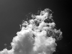 Nube empinada (Neo-noir) Tags: outside nube cielo clouds august nature earth science bnw