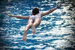 Tesoro: azul (AriCatalán) Tags: escueladejackie bird pájaro kid fliying volando niña piscina swimmingpool blue azul juegolvm