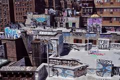 Manhattan Bridge - vue sur Two Bridges 2 (luco*) Tags: usa united states america étatsunis damérique new york city manhattan two bridges bridge pont vue view downtown rue street toits roofs graffiti tags