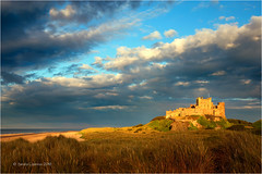Bamburgh Castle (Sandra Lipproß) Tags: bamburgh castle northumberland england uk goldenestunde goldenhour goldenlight beach strand meer sea clouds wolken himmel sky landschaft landscape outdoor travel sandralippross dünen dunes greatbritain europe golden light