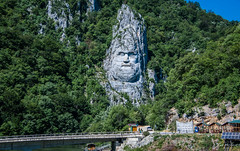 2018 - Romania - Serbia - Danube River - Decebalus (Ted's photos - For Me & You) Tags: 2018 cropped nikon nikond750 nikonfx romania serbia tedmcgrath tedsphotos vignetting decebalus decebalusthebraveone sculpture iosifconstantindrăgan decebalusrexdraganfecit kingdecebalusmadebydragan danuberiver danube bridge railing bluesky water
