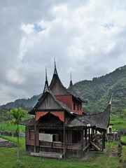 Pagaruyung - Palace Side Building (Drriss & Marrionn) Tags: travel sumatra asia outdoor pagaruyung building buildings architecture housing traditionalarchitecture pagarayungpalace streetviews streetlife southeastasia grass mountains sky trees indonesia palace