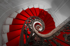 down the red carpet (Blende1.8) Tags: bruxelles brüssel brussels architecture spiral staircase stair stairs treppe treppenhaus redcarpet red roteteppich roterteppich banister handlauf treppengeländer curvy interior nikon d610 nikkor 1635mm wideangle carstenheyer