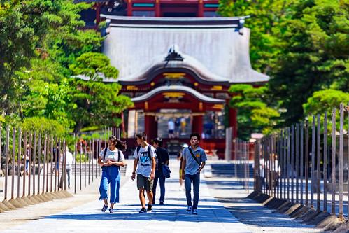 Boys and girl at Tsurugaoka Hachimangu Shrine, Kamakura : 鎌倉・鶴岡八幡宮にて