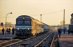 Nuclear waste train at Lauterbourg (rolfstumpf) Tags: france lauterbourg station castortransport nuclearwaste sncf 67512 police security sunset glint border fujichrome class 67400 class67400