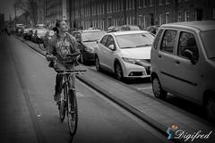 Hoog Sammie kijk omhoog Sammie........ (Digifred.nl) Tags: digifred 2018 amsterdam nikond500 nederland netherlands holland iamsterdam straat street city grachten streetphotography toeristen candid cycling bicycle fiets selfie bike multitasken marnixstraat selfdrivingbicycle zelfrijdendefiets