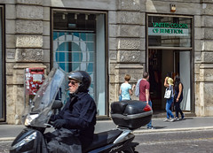 Rome'18 (dariamyasina) Tags: people rome street benetton shop moped