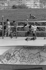 Skate en vol (ZUHMHA) Tags: marseille france urban urbain line lignes courbes curve summer été sun soleil lumière light shadow ombre ombreetlumière skatepark skateparc bowl sport fun skate people gens humain human personnes sportif jeunesse sportextrême sportdeglisse glisse graf tag scènedevie
