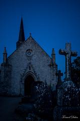 Eglise Notre-Dame de l'Île d'Arz au crépuscule (Tormod Dalen) Tags: smcpentax2835 bretagne eglise church croix cross cimitière morbhian