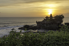 Golden moments at Tanah Lot temple (Rjianis) Tags: bali indo indonesien sunset sonnenuntergang ocean pacific travel paradise traveling asien asia sun temple tempel tanahlot photography eos 6d canonistas
