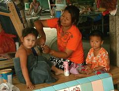 after a bath (the foreign photographer - ฝรั่งถ่) Tags: mother combing hair boy girl towel inside house khlong thanon portraits bangkhen bangkok thailand canon