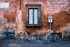 Loving Trastevere. Roma. (Miguel Angel SGR) Tags: roma rome italia italy trastevere bike bici bicicletas bicycle calle street rue city ciudad cityscape ventana window color colorful travel trips tour viajes viajar nikon nikond7200 d7200 old miguelangelsgr miguelonphotography europe europa