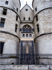 Conciergerie :Détournement de la Seine (chromatine) Tags: paris monument seine insolite
