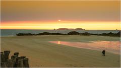 Saint Malo , un tramonto infuocato ... (miriam ulivi) Tags: miriamulivi nikond7200 france francia bretagna bretagne saintmalo tramonto sunset bassamarea lowtide spiaggia mare riflessi beach sea reflections nuvole clouds people persone pali oceano atlanticocean