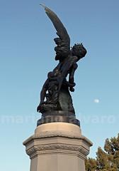 El Angel y la Luna. (Mariano Alvaro) Tags: madrid luna angel caido retiro parque estatua
