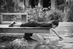Kid game 2 (Pascalala) Tags: enfant kid child noiretblanc noirblanc blackandwhite blackwhite nikon nikond610 nikonafs28300f3556edvr metz lorraine grandest france europe placedelacomédie jardinséphémères eau water ponton