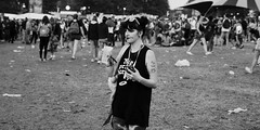 Vieilles Charrues 2018 (Amanda Hinault - Actvités Humaines) Tags: ccbysa photobyamandahinault monochrome noiretblanc blackandwhite vieillescharrues vc2018 carhaix carhaixplouguer 2018 stand festival festivalier street vieillescharrues2018 creativecommons pentax pentaxk1ii pentax2470mm ambianceauxvieillescharrues ambiance